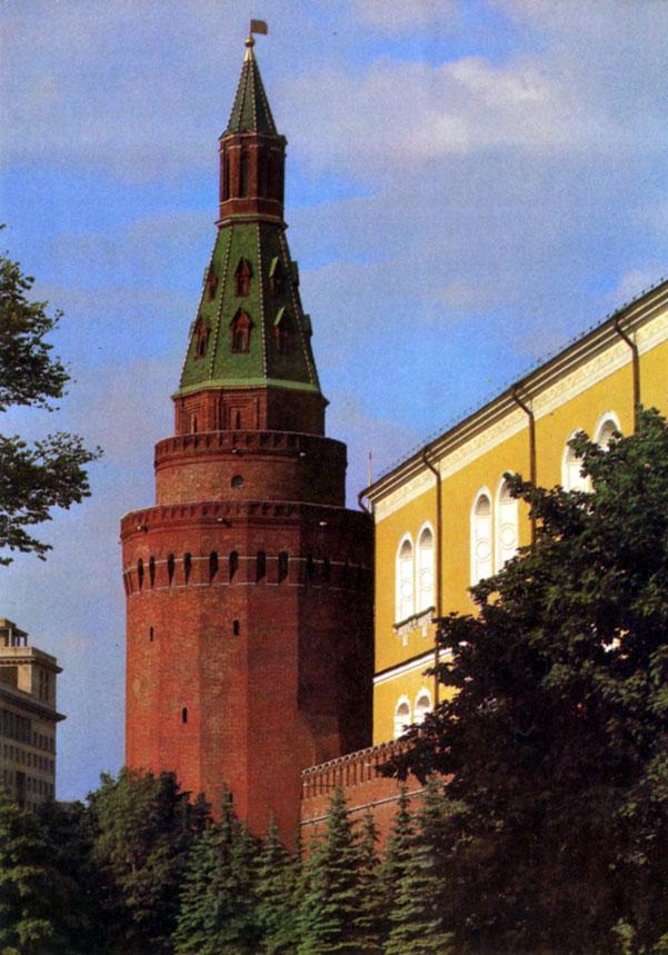 В Москве начали реставрировать две кремлевские башни - Троицкую и Угловую Арсенальную